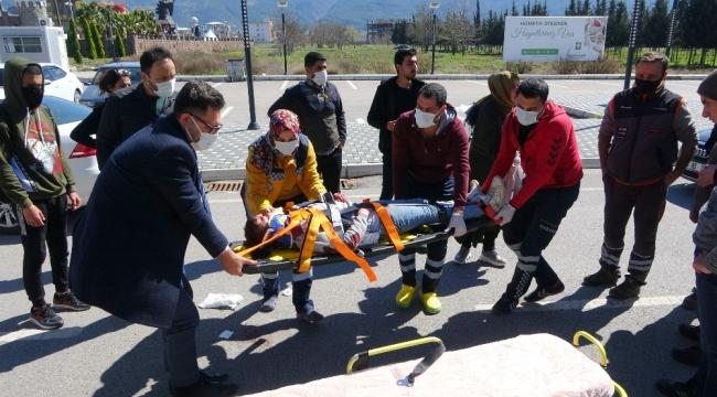 Kaza yapan ailenin yaralı çocuğu kurtarma telaşı