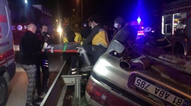 Refüjde elektrik direklerini deviren sürücü takla attı: 2'si ağır 4 yaralı