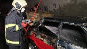 Adana'da park halindeki otomobil kundaklandı